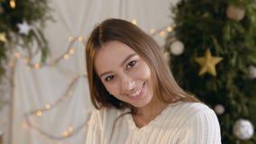 Κινηματογράφηση σε πρώτο πλάνο Ο όμορφος νέος φυσώντας χρυσός γυναικών ακτινοβολεί Το γοητευτικό κορίτσι θέτει στη κάμερα, χαμογε απόθεμα βίντεο