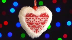 Κινηματογράφηση σε πρώτο πλάνο παιχνιδιών καρδιών διακοπών Ντεκόρ στο αστράφτοντας υπόβαθρο φω'των άνδρας αγάπης φιλιών έννοιας σ φιλμ μικρού μήκους