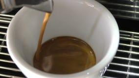 Κινηματογράφηση σε πρώτο πλάνο παρασκευής Espresso απόθεμα βίντεο