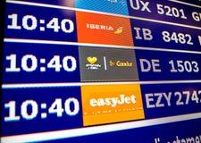 Κινηματογράφηση σε πρώτο πλάνο πινάκων πληροφοριών αερολιμένων στη σύγχρονη ισπανική Ευρώπη Airp Στοκ Εικόνα