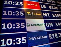 Κινηματογράφηση σε πρώτο πλάνο πινάκων πληροφοριών αερολιμένων στη σύγχρονη ισπανική Ευρώπη Airp Στοκ Εικόνες
