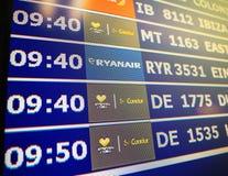 Κινηματογράφηση σε πρώτο πλάνο πινάκων πληροφοριών αερολιμένων στη σύγχρονη ισπανική Ευρώπη Airp Στοκ φωτογραφία με δικαίωμα ελεύθερης χρήσης
