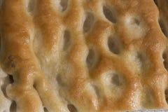 Κινηματογράφηση σε πρώτο πλάνο, πλήρης εικόνα σελίδων μιας φέτας του focaccia, χαρακτηριστικός ένας ital στοκ φωτογραφία