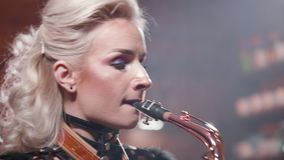 Κινηματογράφηση σε πρώτο πλάνο που πυροβολείται ενός θηλυκού saxophonist που εκτελεί ένα τραγούδι απόθεμα βίντεο