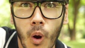 Κινηματογράφηση σε πρώτο πλάνο που πυροβολείται συγκινήσεις του προσώπου του ατόμου που παρουσιάζουν διαφορετικές αστείες απόθεμα βίντεο