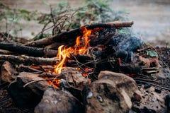 Κινηματογράφηση σε πρώτο πλάνο που πυροβολείται του καψίματος της πυρκαγιάς με τις καυτές κόκκινες χοβόλεις σε το στοκ εικόνες