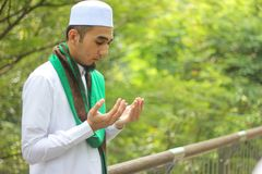 Κινηματογράφηση σε πρώτο πλάνο που πυροβολείται του μουσουλμανικού ατόμου Στοκ φωτογραφία με δικαίωμα ελεύθερης χρήσης