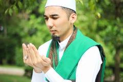 Κινηματογράφηση σε πρώτο πλάνο που πυροβολείται του μουσουλμανικού ατόμου Στοκ Εικόνες