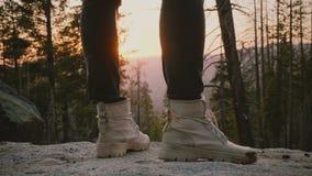 Κινηματογράφηση σε πρώτο πλάνο που πυροβολείται των αρσενικών ποδιών που φορούν τα γκρίζα παπούτσια ερήμων που στέκονται σε έναν  φιλμ μικρού μήκους
