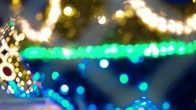 Κινηματογράφηση σε πρώτο πλάνο - πυράκτωση φω'των Χριστουγέννων υπέροχα και μουτζουρωμένο Shimmer απόθεμα βίντεο