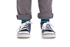 Κινηματογράφηση σε πρώτο πλάνο στα πόδια παιδιών με τα πάνινα παπούτσια Στοκ εικόνα με δικαίωμα ελεύθερης χρήσης