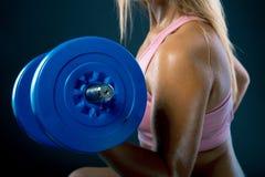 Κινηματογράφηση σε πρώτο πλάνο στη γυναίκα ικανότητας workout με τον αλτήρα αλτήρας γυναικών ικανότητας Σκοτεινή ανασκόπηση στοκ εικόνα με δικαίωμα ελεύθερης χρήσης
