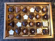 Κινηματογράφηση σε πρώτο πλάνο στις σοκολάτες σε ένα κιβώτιο στοκ εικόνα