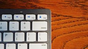 Κινηματογράφηση σε πρώτο πλάνο στο ασύρματο πληκτρολόγιο για τον υπολογιστή και τις κινητές συσκευές στοκ εικόνες με δικαίωμα ελεύθερης χρήσης