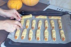 Κινηματογράφηση σε πρώτο πλάνο στο δίσκο με τα άψητα μπισκότα αποκριών στον πίνακα στην κουζίνα Αποκριές μεταχειρίζονται έτοιμο ν Στοκ Φωτογραφία