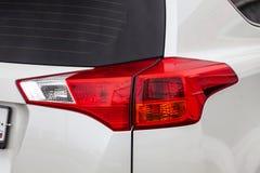 Κινηματογράφηση σε πρώτο πλάνο στο οπίσθιο φως φρένων του κόκκινου χρώματος σε ένα άσπρο αυτοκίνητο στο πίσω μέρος ενός suv μετά  στοκ εικόνες με δικαίωμα ελεύθερης χρήσης