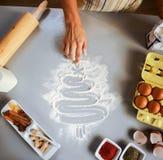 Κινηματογράφηση σε πρώτο πλάνο στο χριστουγεννιάτικο δέντρο σχεδίων νοικοκυρών στην ετικέττα κουζινών Στοκ εικόνες με δικαίωμα ελεύθερης χρήσης