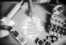 Κινηματογράφηση σε πρώτο πλάνο στο χριστουγεννιάτικο δέντρο σχεδίων νοικοκυρών στην ετικέττα κουζινών Στοκ Εικόνες