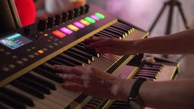 Κινηματογράφηση σε πρώτο πλάνο συνθετών παιχνιδιού φορέων πληκτρολογίων απόθεμα βίντεο