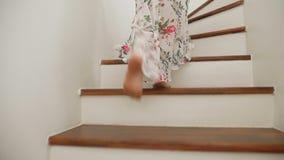 Κινηματογράφηση σε πρώτο πλάνο Τα θηλυκά γυμνά πόδια κατεβαίνουν τα ξύλινα σκαλοπάτια μια γυναίκα σε μια όμορφη μακριά φούστα περ φιλμ μικρού μήκους