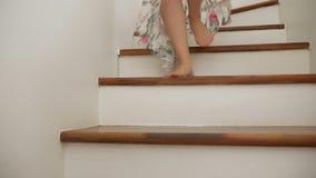 Κινηματογράφηση σε πρώτο πλάνο Τα θηλυκά γυμνά πόδια πηγαίνουν κάτω από τα ξύλινα σκαλοπάτια μια γυναίκα σε μια όμορφη μακριά φού φιλμ μικρού μήκους