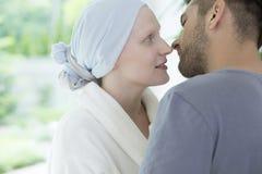 Κινηματογράφηση σε πρώτο πλάνο της άρρωστης συζύγου με τον των ωοθηκών καρκίνο που εξετάζει το σύζυγό της στοκ εικόνες