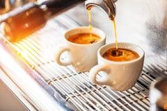 Κινηματογράφηση σε πρώτο πλάνο της έκχυσης espresso από τη μηχανή καφέ Επαγγελματική παρασκευή καφέ στοκ φωτογραφία