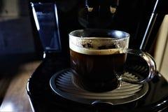Κινηματογράφηση σε πρώτο πλάνο της έκχυσης espresso από τη μηχανή καφέ στοκ εικόνα