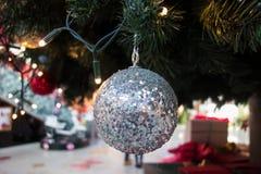 Κινηματογράφηση σε πρώτο πλάνο της ένωσης σφαιρών Χριστουγέννων στο χριστουγεννιάτικο δέντρο Στοκ Εικόνες