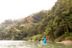 Κινηματογράφηση σε πρώτο πλάνο της βάρκας και περιοχή όχθεων ποταμού άποψης Bitan στη Ταϊπέι, Taiw Στοκ Φωτογραφία