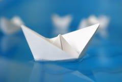 Κινηματογράφηση σε πρώτο πλάνο της βάρκας origami εγγράφου Στοκ Φωτογραφία