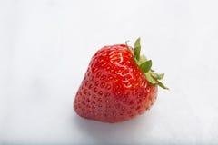 Κινηματογράφηση σε πρώτο πλάνο της γλυκιάς φρέσκιας κόκκινης φράουλας Στοκ Εικόνες