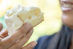 Κινηματογράφηση σε πρώτο πλάνο της γυναίκας που τρώει το κέικ στοκ φωτογραφίες