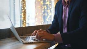 Κινηματογράφηση σε πρώτο πλάνο της δακτυλογράφησης επιχειρηματιών στο φορητό προσωπικό υπολογιστή φιλμ μικρού μήκους