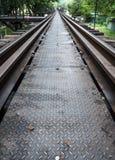 Κινηματογράφηση σε πρώτο πλάνο της διάβασης μετάλλων στην παλαιά γέφυρα σιδηροδρόμων Στοκ Εικόνες