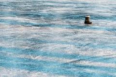 Κινηματογράφηση σε πρώτο πλάνο της επιφάνειας πάγου της λίμνης Στοκ Εικόνα