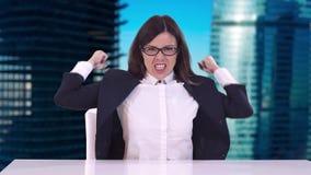 Κινηματογράφηση σε πρώτο πλάνο της επιχειρησιακής γυναίκας σε ένα επιχειρησιακό κοστούμι Κάθεται πίσω από ένα γραφείο και φωνάζει απόθεμα βίντεο