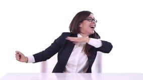 Κινηματογράφηση σε πρώτο πλάνο της επιχειρησιακής γυναίκας σε ένα επιχειρησιακό κοστούμι Κάθεται πίσω από ένα γραφείο και απολαμβ απόθεμα βίντεο