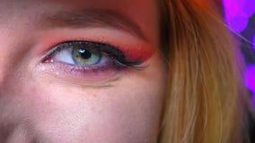 Κινηματογράφηση σε πρώτο πλάνο της ζάλης συμένος σκιών ματιών makeup του ρόδινου υπέροχα eyeline και του τονισμένου φρυδιού απόθεμα βίντεο