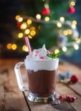 Κινηματογράφηση σε πρώτο πλάνο της καυτής σοκολάτας μεντών Χριστουγέννων στο ξύλινο υπόβαθρο στοκ εικόνες