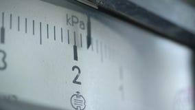 Κινηματογράφηση σε πρώτο πλάνο της κλίμακας μέτρησης στη συσκευή Επιστήμη και τεχνολογία απόθεμα βίντεο
