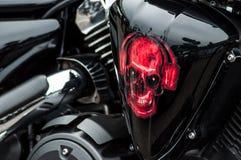 Κινηματογράφηση σε πρώτο πλάνο της κόκκινης ζωγραφικής κρανίων στη μοτοσικλέτα του Harley Dadidson στοκ φωτογραφίες
