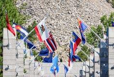 Κινηματογράφηση σε πρώτο πλάνο της λεωφόρου των σημαιών στο εθνικό μνημείο Rushmore υποστηριγμάτων, ΗΠΑ Στοκ εικόνα με δικαίωμα ελεύθερης χρήσης