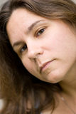 Κινηματογράφηση σε πρώτο πλάνο της μακρυμάλλους γυναίκας Στοκ Εικόνες