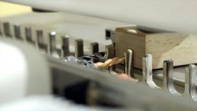 Κινηματογράφηση σε πρώτο πλάνο της μηχανής με τα τρυπάνια για τη διάτρυση των ξύλινων πινάκων r Σύγχρονη αυτοματοποιημένη μηχανή  στοκ εικόνες με δικαίωμα ελεύθερης χρήσης