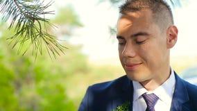 Κινηματογράφηση σε πρώτο πλάνο της νύφης και του νεόνυμφου που ανταλλάσσουν τα γαμήλια δαχτυλίδια πέρα από το πράσινο υπόβαθρο φύ απόθεμα βίντεο