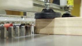 Κινηματογράφηση σε πρώτο πλάνο της ξύλινης μηχανής διατρήσεων πινάκων r Διάτρυση της σύγχρονης μηχανής που δημιουργεί τις τρύπες  απόθεμα βίντεο