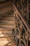 Κινηματογράφηση σε πρώτο πλάνο της ξύλινης σκάλας στο φως του ήλιου και του κιγκλιδώματος σιδήρου ύφους Nouveau στο Παρίσι Στοκ φωτογραφίες με δικαίωμα ελεύθερης χρήσης