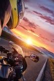 Κινηματογράφηση σε πρώτο πλάνο της οδήγησης οδηγών μοτοσικλετών στην αλπική εθνική οδό στοκ φωτογραφία