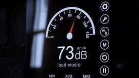 Κινηματογράφηση σε πρώτο πλάνο της οθόνης μετρητών υγιών επιπέδων στα ντεσιμπέλ Σύγχρονος ηλεκτρονικός υγιής μετρητής γύρω απόθεμα βίντεο
